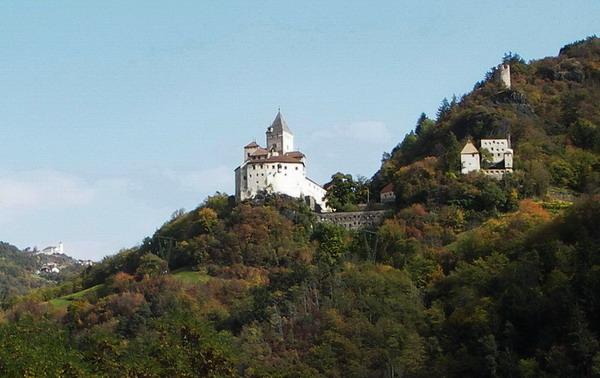 Trostburg im Hintergrund Kloster Saeben